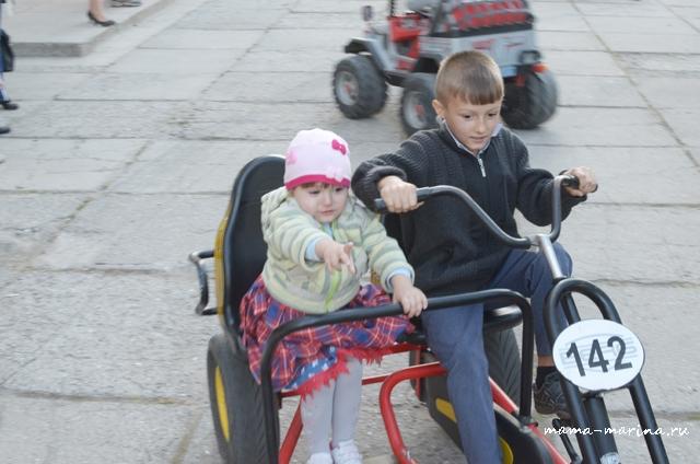 Кирилл и Настяна велосипеде